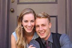 Porträt von lächelnden jungen Paaren zu Hause Stockbild