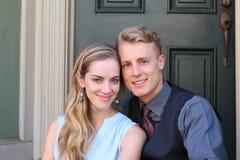Porträt von lächelnden jungen Paaren zu Hause Lizenzfreies Stockbild