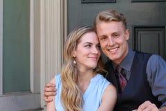 Porträt von lächelnden jungen Paaren zu Hause Stockfotografie