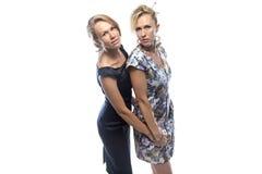 Porträt von lächelnden Schwestern auf weißem Hintergrund Lizenzfreie Stockfotos