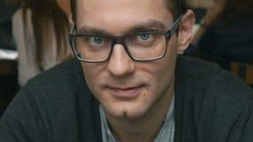 Porträt von lächelnden tragenden Gläsern des Mannes, Innen stock video