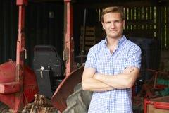 Porträt von Landwirt-With Old Fashioned-Traktor Stockbild