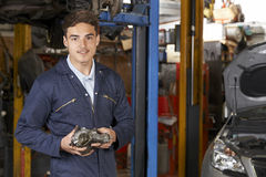 Porträt von Lehrlings-Mechaniker-In Auto Repair-Shop Stockfoto