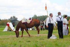 Porträt von Leuten in den historischen Kostümen und in einem Pferd Stockbilder