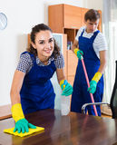 Porträt von Leuten im Overall mit den Versorgungen, die Reinigung tun Stockfotos