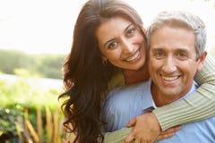 Porträt von liebevollen hispanischen Paaren in der Landschaft lizenzfreie stockfotos