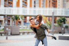 Porträt von liebevollen Paaren am sonnigen Tag in der Straße lizenzfreies stockfoto