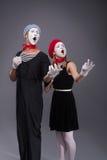Porträt von lustigen Pantomimepaaren mit Laternen und Lizenzfreie Stockbilder