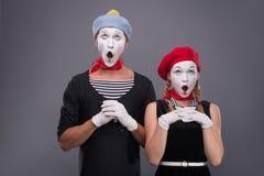 Porträt von lustigen Pantomimepaaren mit Laternen und Lizenzfreies Stockfoto