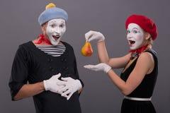 Porträt von lustigen Pantomimepaaren mit Laternen und Stockfotografie
