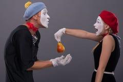 Porträt von lustigen Pantomimepaaren mit Laternen und Lizenzfreie Stockfotografie