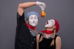 Porträt von lustigen Pantomimepaaren mit Laternen und Lizenzfreie Stockfotos