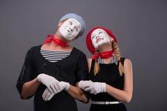 Porträt von lustigen Pantomimepaaren mit Laternen und Stockbilder