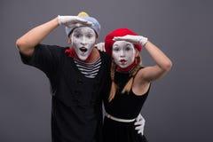 Porträt von lustigen Pantomimepaaren mit Laternen und Stockbild