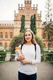 Porträt von Mädchen Hochschulstudenten draußen auf dem Campus stockbilder