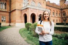 Porträt von Mädchen Hochschulstudenten draußen auf dem Campus stockbild