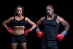 Porträt von männlichen und weiblichen Boxern mit den Händen auf Hüfte Lizenzfreies Stockbild