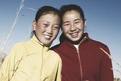 Porträt von Mangolian zwei Schwestern mit schönem lächelndem Konzept Stockfoto