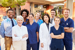 Porträt von medizinischem Team Standing Outside Hospital Lizenzfreies Stockbild