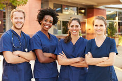 Porträt von medizinischem Team Standing Outside Hospital Lizenzfreie Stockfotos
