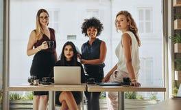Porträt von multiethnischen Geschäftsfrauen zusammen stockfotos