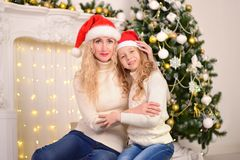 Porträt von Mutter und Tochter neues Jahr-Weihnachten Lizenzfreie Stockbilder