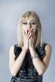 Porträt von nervösen Blondinen im drastischen Make-up Stockfotografie