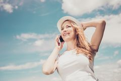 Porträt von nettem nettem schönem mit dem Tragen des blonden Haares Lizenzfreies Stockfoto