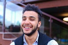 Porträt von netten jungen männlichen Moslems Mann, der a lächelt und aufwirft stockfotografie