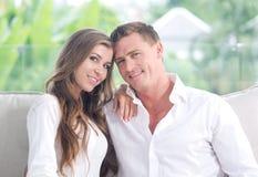 Porträt von netten jungen Paaren im Sommerhaus Stockfoto