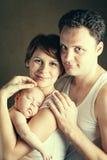 Porträt von Paaren mit neugeborener Tochter lizenzfreie stockfotografie