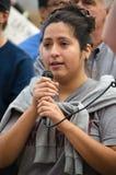 Porträt von Person Speaking am Trumpf-Protest Stockfotos