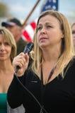 Porträt von Person Speaking am Trumpf-Protest Stockfotografie
