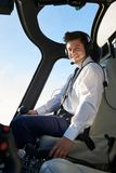 Porträt von Pilot-In Cockpit Of-Hubschrauber während des Fluges lizenzfreie stockfotos
