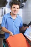Porträt von Pizza-Lieferungs-Person Putting Food Into Insulated-Ba Stockbilder