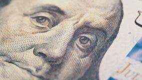 Porträt von Präsidenten Benjamin Franklin auf hundert Dollarschein drehen sich stock footage
