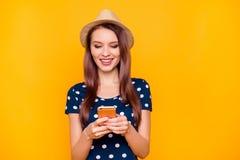 Porträt von recht, bezaubernd, attraktives Mädchen in Tupfen t-shi Stockbild