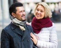 Porträt von reifen Paaren draußen Lizenzfreie Stockbilder