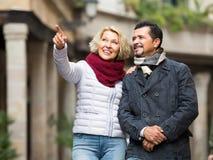 Porträt von reifen Paaren draußen Stockfotografie
