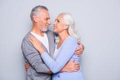 Porträt von reizenden entzückenden netten glücklichen älteren Paaren, sind sie h lizenzfreie stockfotografie