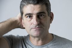 Porträt von 40s zu 50s traurig und zum besorgten Mann, der frustriert und im Druck- und Sorgengesichtsausdruck lokalisiert hoffnu stockbilder