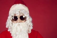 Porträt von Santa Claus in der Sonnenbrille Stockbild