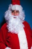 Porträt von Santa Claus die Kamera betrachtend Lizenzfreie Stockbilder