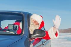 Porträt von Santa Claus im Auto Stockbilder