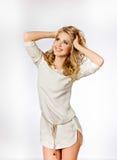 Porträt von schöne nette lächelnde Mädchen blond mit sauberem und Lizenzfreie Stockfotografie