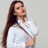 Porträt von schönem plus gelockte junge Frau der Größe Lizenzfreie Stockfotos