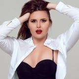 Porträt von schönem plus gelockte junge Frau der Größe Lizenzfreie Stockbilder