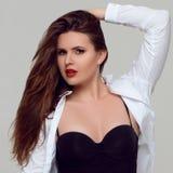 Porträt von schönem plus gelockte junge Frau der Größe Stockfotografie