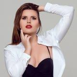 Porträt von schönem plus gelockte junge Frau der Größe Stockfoto