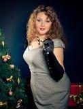 Porträt von schönem plus junge Frau der Größe stockfotos